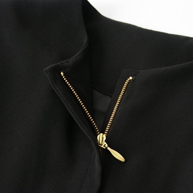 ゴールドのファスナーの引き手は艶やかなシルエットで、動くたびにゆらゆらと揺れ、より上品な印象です。