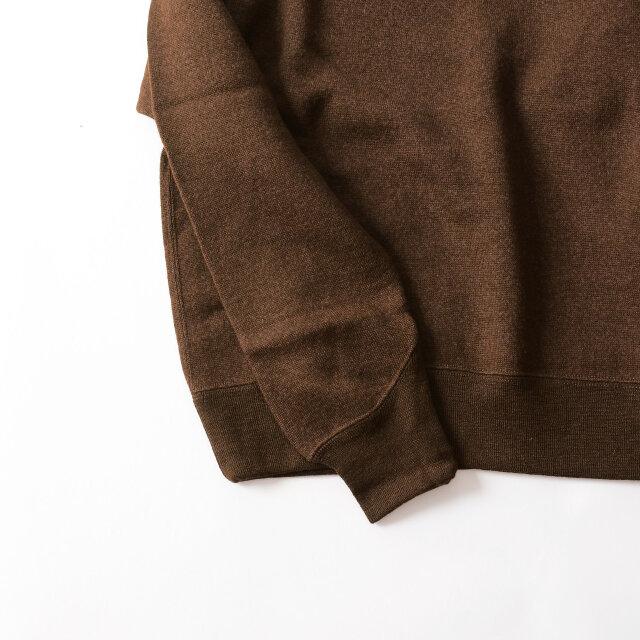 ネックと同じくV字型に取り付けられた袖リブは古着によく見られるディティールで、大量生産を目的とした服作りでは成しえない、ユニークで魅力的なアクセントになっています。