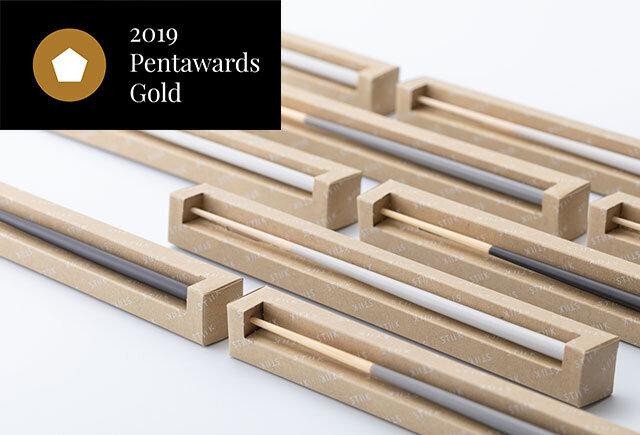 ペントアワード(Pentawards)とは、パッケージデザインに特化した国際コンペティションです。優れたパッケージの重要性の発信と表彰の為に2007年に創設されました。世界各国から応募があり、日本でもSony「aibo」や「LUCIDO-L」「サントリーシングルモルトウィスキー 山崎」「伊右衛門茶」などが過去に受賞しています。STIIKは2019年度に金賞を受賞しました。箸のパッケージとしてはかなり斬新で目を惹くデザイン。プレゼントとしても喜ばれること間違いなしです!