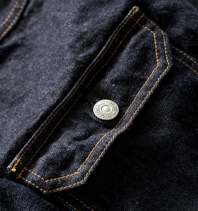 「LENO」のジーンズは、旧式力織機(シャトル織機)によって織られています。旧式の織機では現在主流の高速織機の6分の1のスピードで縦糸に無駄な力を加えず織ることで、生地の表面が凸凹とした、風合いのある生地になります。これが着用を繰り返すことで奥行きのある美しいフェードを生み出します。