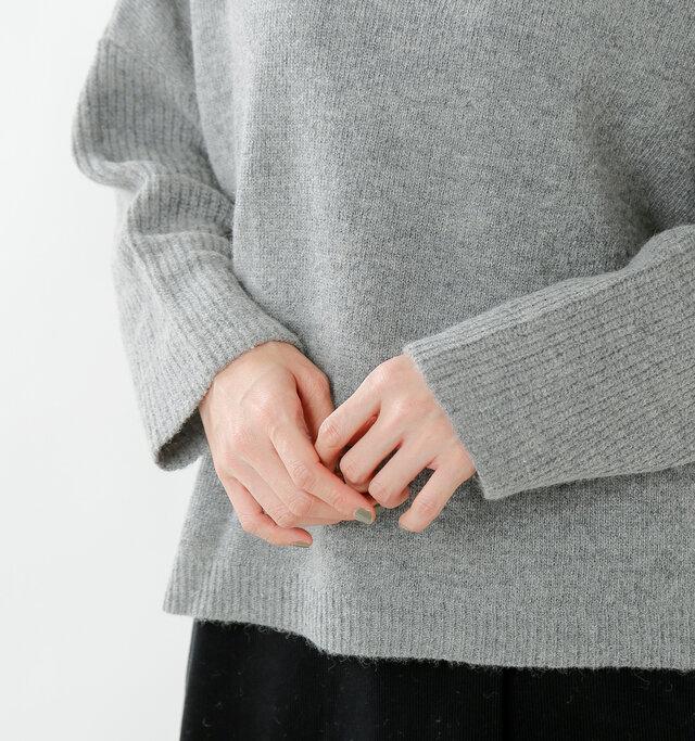 インに着込んでも、ごわつかずに着られる余裕感。やや短めの丈感で、ボリューミーなボトムスとも相性抜群です◎