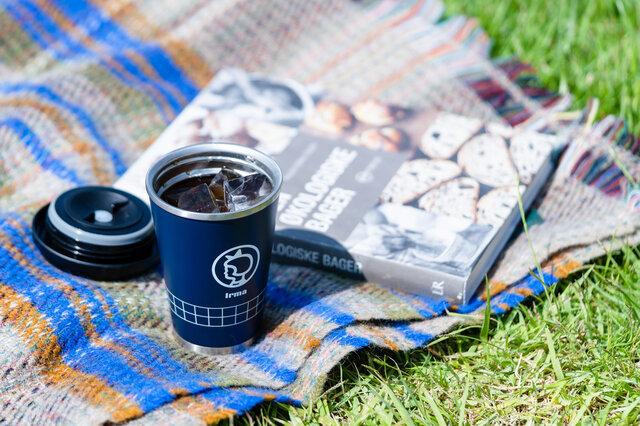 ひんやりと冷えたアイスコーヒーが入ったマイタンブラーで、休日のドライブもたのしみなひとときに。