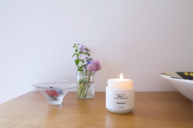 """「暮らしの中に溶け込みそっと寄り添う道具としてのキャンドル」をコンセプトにつくられた """"handmade candle lifart...""""のフレグランスキャンドルです。"""