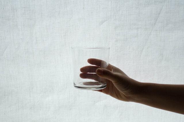 少し大きめの直径。それでいて手に持ったときにしっくりと馴染むサイズ。普通のガラスよりも強度があり、割れにくいのも嬉しいですね。
