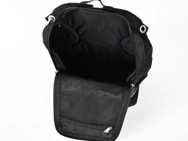 内側にはファスナーを開けたフラップ部分に、メッシュ仕様のポケットが1つ付いています。 バッグの中の細かいものが迷子になる心配もなくなりますね◎