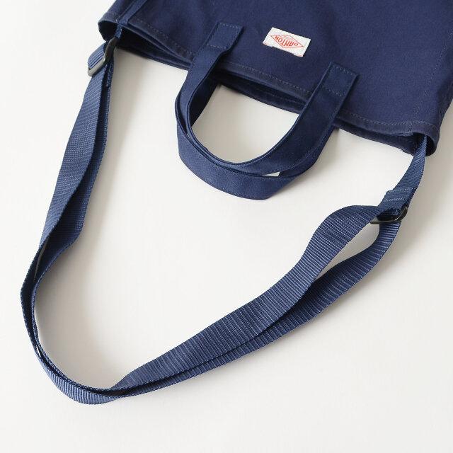 ハンドバッグとショルダーバッグの2way仕様で、ショルダーストラップは調節可能です。