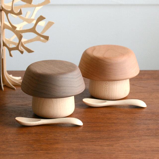 お皿とコップを重ね合わせると「きのこ」のようなシルエットになる その名も「きのこのうつわ」。 ころんと愛らしいフォルムが魅力的なベビー食器のセットです。  おはなしの世界から抜け出してきたようなかわいらしい器は、 福岡で活動中のプロダクトデザイナー長尾朋貴氏によってデザインされ、 デザインの優れた県内企業商品を表彰する「福岡デザインアワード2013」を受賞しました。
