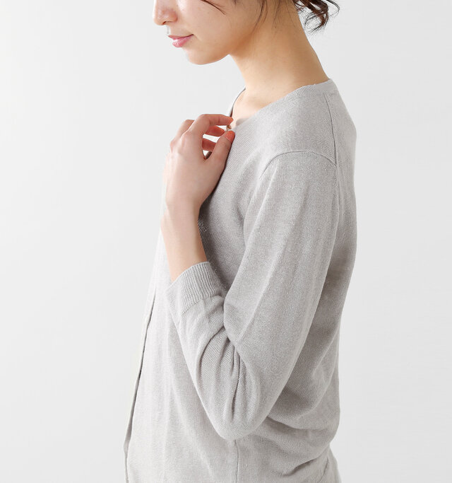 すっきりとした肩の切替が女性らしいシルエットを強調します。優しい色味と光を通す軽やかなリネンの素材感が柔らかなニュアンスを漂わせます。