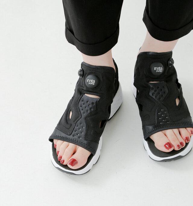 着脱も簡単で足首の自由な動きを邪魔しないローカットデザイン。シンセティックとテキスタイルアッパーがクールで快適な履き心地を提供します。