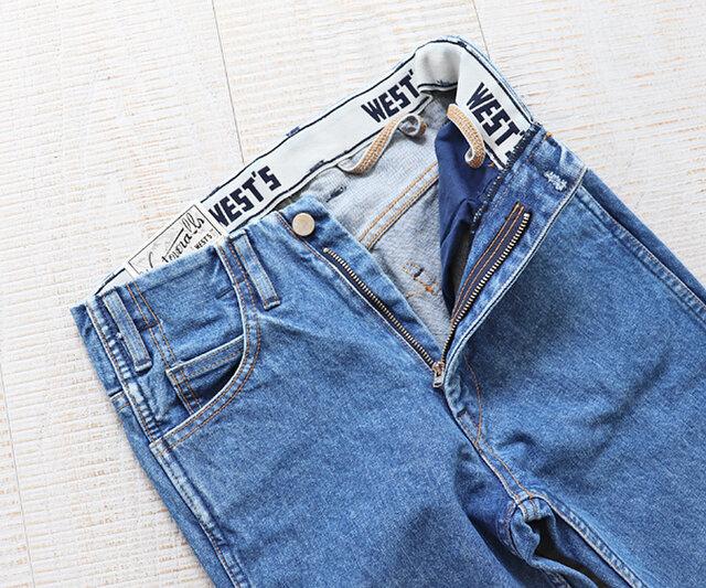 ベルト裏にはブランドオリジナルロゴの入ったゴムが施されていて、トップスをインした時に裾が出ないよう考慮されていて、インディゴがトップスに移染しにくいのも嬉しいところ。サスペンダーループがすべてのボトムスについています。