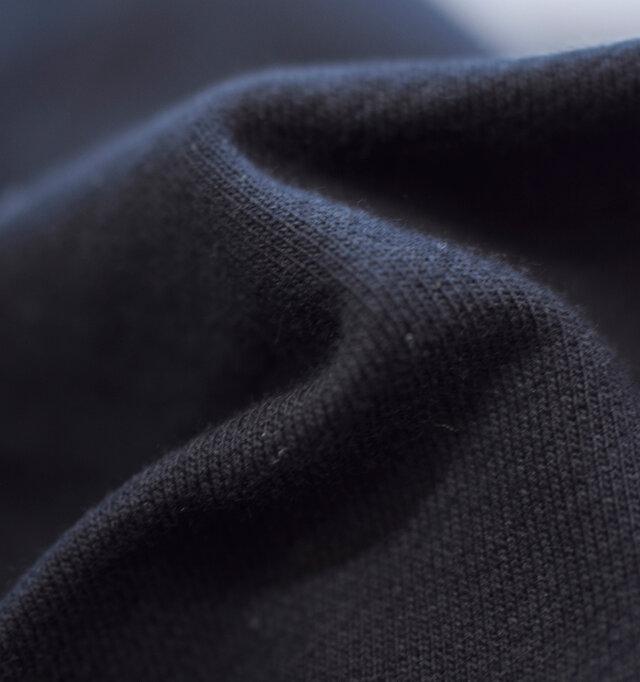 程よい肉厚のコットン100%素材を使用。柔らかく優しい肌触りで気持よく着用していただけます。