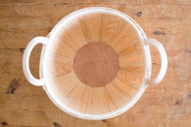 底も縁も丸い形。それぞれ表情の違う木目が、美しい模様を作り出しています。