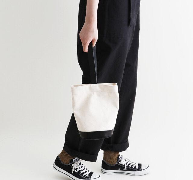 バケツ型のコンパクトなサイズ感が可愛いバッグを合わせました。