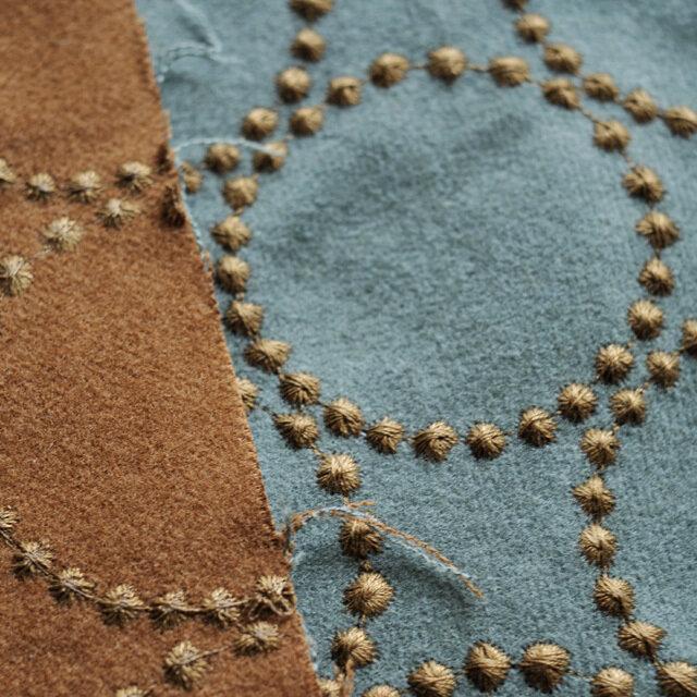 たとえばスモーキーグリーン×ブラウンは、 長く使い込むことで裏面のブラウンが現れる仕様です。 刺繍のドットが集まってできるtambourine(タンバリン)は、 minä perhonenで大人気のスタンダード柄。