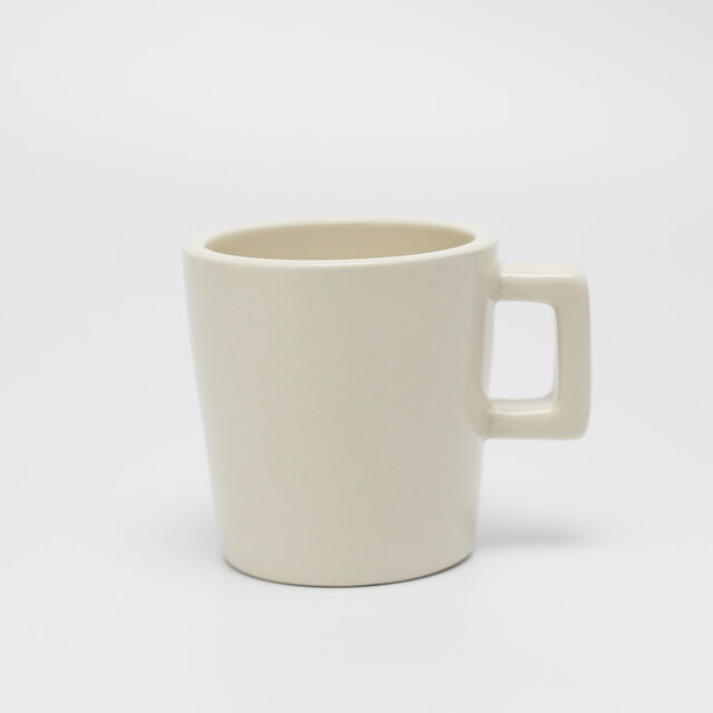 持ち手のついたコーヒーカップは容量約200ml。小振りで女性の手でも馴染みやすいサイズ感です。