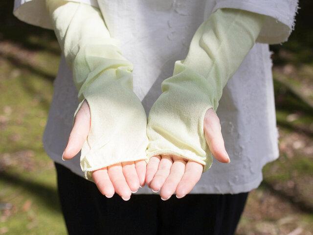 縫い代のない丸編み製法による伸縮性のある生地は、ふんわりと柔らかな着け心地。 通気性も抜群で、きちんと紫外線を防ぎながらも涼しく過ごせます。