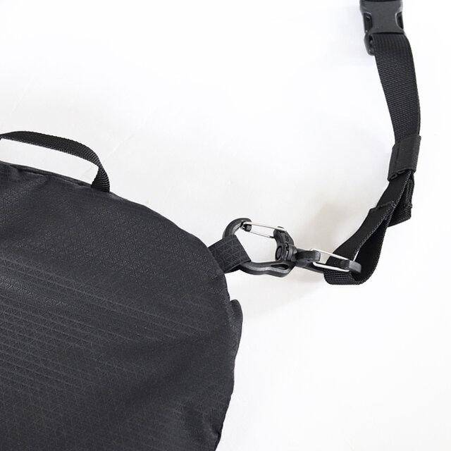 ショルダーストラップは取り外しができるので、バックパックへの直接連結も可能です。