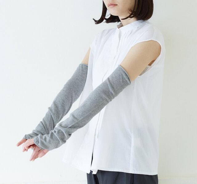 二の腕まで隠れる長めの丈感で、ノースリーブや半袖のコーデにもおすすめ。
