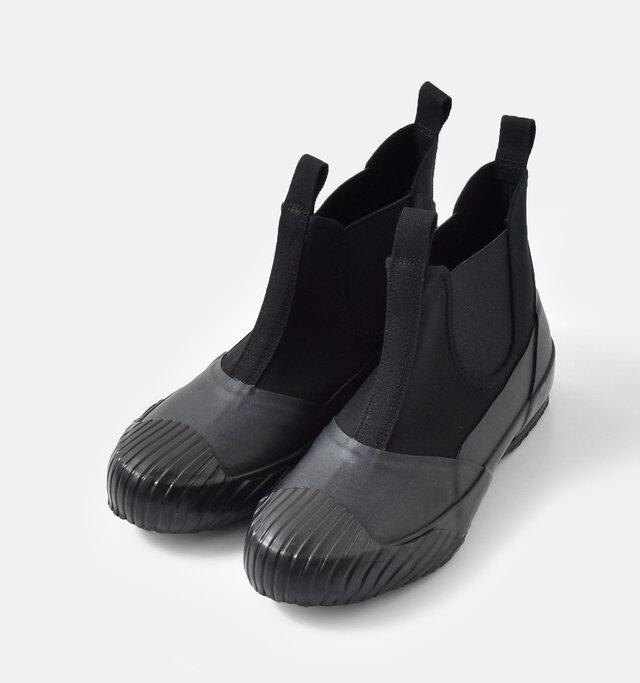 """この製法の最大の特徴は、最終工程で加硫缶と呼ばれる""""窯""""に入れる(ゴムの中に配合した硫 黄を化学反応させる)という点です。この製法から生み出される靴にはソー ルがしなやかで柔らかい、丈夫で壊れにくい、美しい柔らかい、丈夫で壊れ にくい、美しいシルエットが保てるといった良さがあります。そして何より 熟練の手仕事でしか生み出せない、精巧で美しい""""作りの良さ""""が魅力です。"""