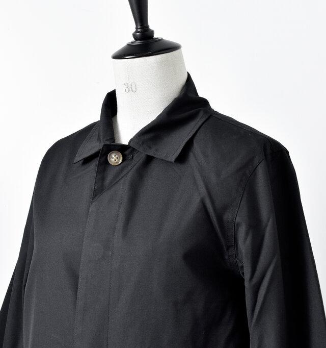 小ぶりな襟と一つボタンがハンサムでスマートな印象を与えます。 上のボタン以外は比翼前立てで、スッキリとシンプルな仕上がりに。