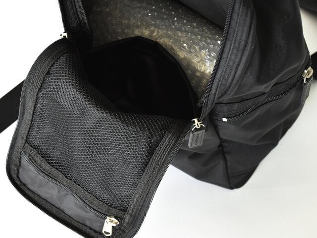 フラップ部分にはメッシュ仕様のポケットがあり、さらにその下にもポケットが1つ付いています。 シンプルながらに高機能な大容量のリュック、整理できることも重要ですよね!