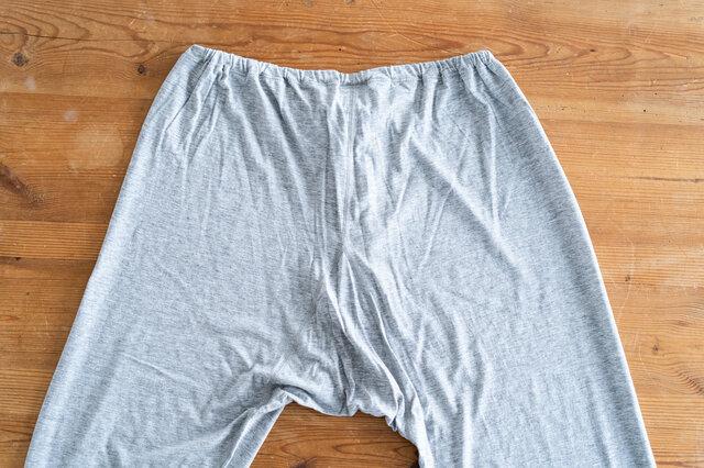 ヒップ周りはゆったりしたつくりで、股部分にもクラッチが入っています。足元ももちろん締め付けのないリラックスした着心地です。無駄な締め付けがないので、いちど履くと癖になる1枚です。