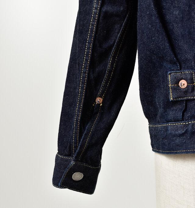 袖口にはリベットをあしらったデザイン。 袖は少し長めにつくられているので、ラフに腕まくりするのもおすすめですよ。