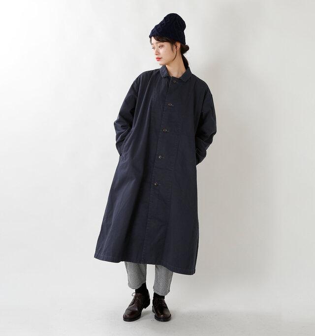 襟は小さめのデザインで、フロントを閉じて着用するとメンズライクな印象に。