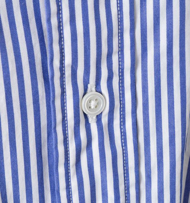 小さなボタンはシンプルながらも、シェル素材ならではの輝きが品のある印象。