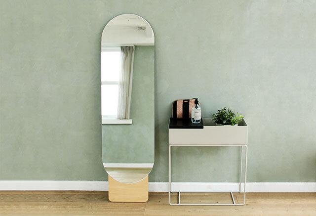 """出かけるときの見仕度チェックなど、1日に何度か目にする鏡。 家具と同じように欠かせない大切な存在だったりします。 云わば、毎日のパートナーですよね。 そして、身長ほどの大きなサイズのミラーはその存在がお部屋の印象を変えるといっても良いくらい、インテリアに於いても、ちょっと特別なもの。 雰囲気のある素敵なミラーがそこにあるだけで、ぐっと空間に厚みが出ると思うのです。  かといって、華美なものは飽きが来るかもしれないし普通過ぎてもつまらない。 MOHEIMのSTANDING MIRRORには 例え、お引越しをして空間が変わったとしても変わらない、無機質で独特な""""個性""""を感じられますよ。"""