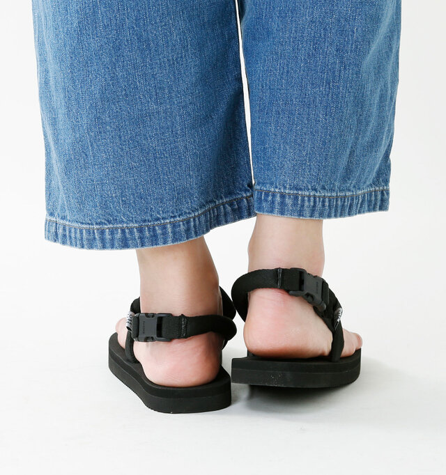 足元に軽やかさをもたらせてくれるデザインはスカートやワイドパンツとも相性ピッタリです。