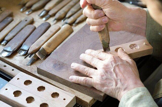 ノミや彫刻を使い、丁寧に手作業で彫っていきます。凹凸を左右逆に彫っていくという大変難しい作業。