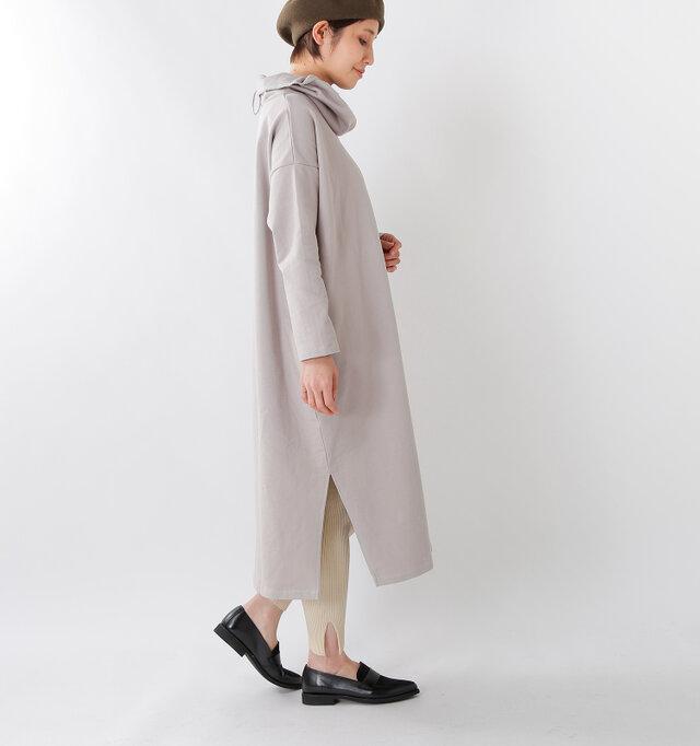 サイドには、スリットが入っているので、ロング丈ながら、歩きやすいデザインです。