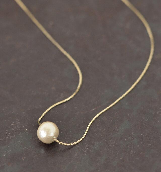 直径約1cmのコットンパールを一粒あしらったシンプルながらも上品なネックレス。