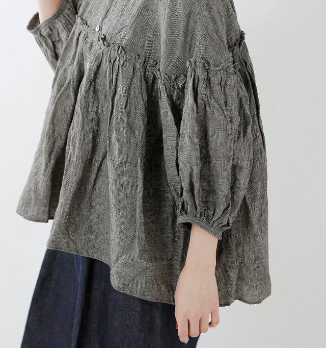 スッキリとした丈感のお袖は、袖口にたっぷりとギャザーが寄せられたバルーンスリーブ。
