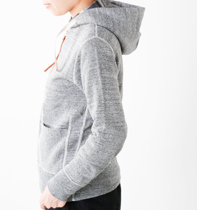 ジャストなサイジングに裾と袖口をリブにして、スッキリとしたディテールに。肩のラインがコンパクトで華奢に見えるので、メンズライクな雰囲気はそのままに、女性らしく着こなせる嬉しいデザインです。