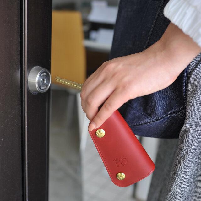 自宅の鍵を開けるときなど、上質なスモールアイテムは普段の生活に豊かさを与えてくれます。