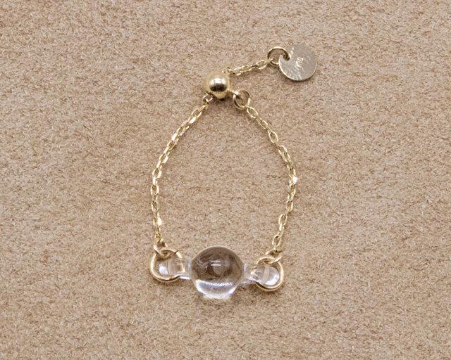 小さな水滴が手元に寄り添うようなデザインの「ティニードロップ」