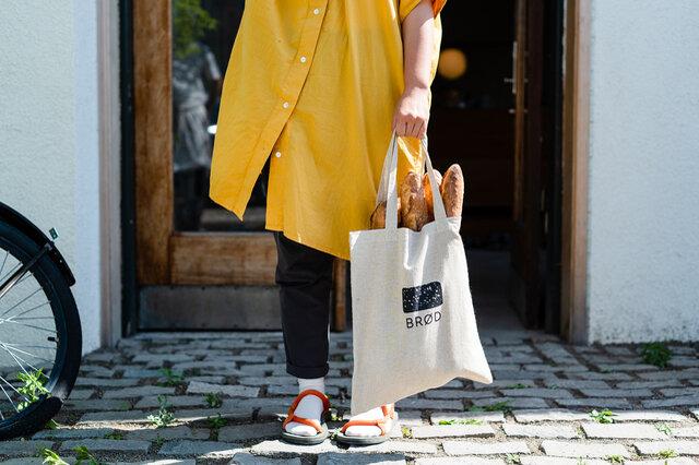 パン屋さんへのお買い物には、バケットをポンとそのまま入れてエコバッグとしても◎。