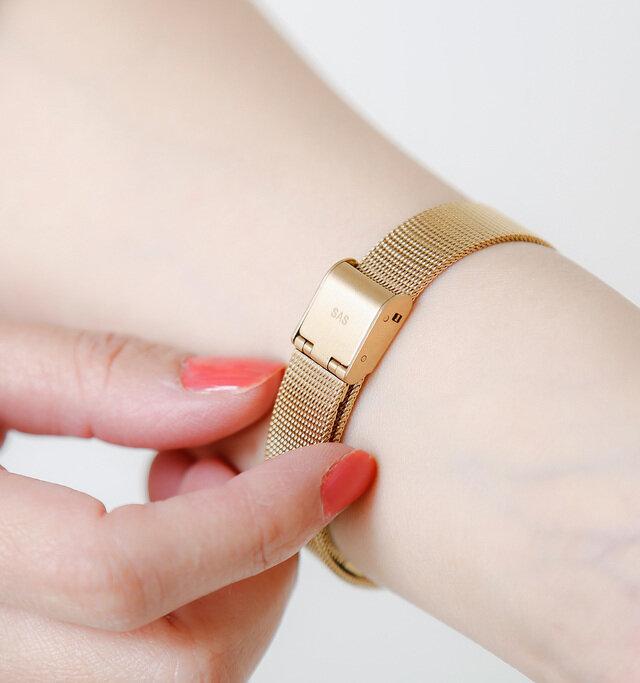 ベルトは幅が細く、手元の華奢感を引き出してくれます。留め具はワンタッチで付け外しができ、着脱もスムーズ◎。無段階調整なので、腕に合った長さに調整することができます。