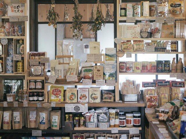 店内にはパンや食品、日用品などが所狭しと並ぶ。