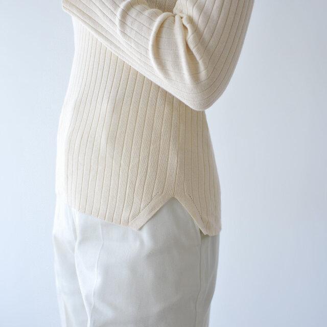 裾にスリットを施し、ニュアンスをプラス。 薄手ながら暖かく、何かとコーデのマストアイテムとして活躍してくれるオススメの一枚です。