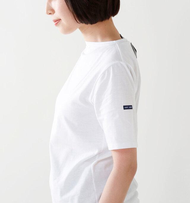 半袖はふつうよりやや長めで、袖まわりがきれいに見えます。肩周りもきれいに作られているので美しいシルエットが生まれます。また、左袖にはおなじみのロゴがあしらわれています。