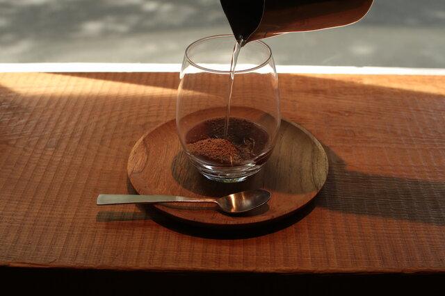 ① ホットチョコレートミックス(26g)を入れ、お湯(20ml)を注ぎ溶かします。