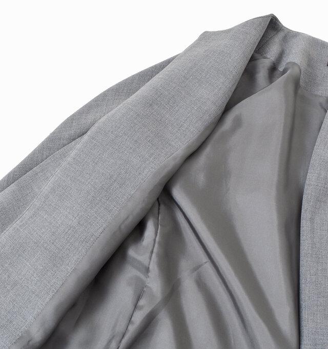 二重にして生地が織られたダブルクロスを使用。通常の生地に比べてしっかりとした厚みがあるのが特徴的です。ややシャリ感のある肌触りで肌にまとわりつかず、ストレスフリーな生地感。裏地付きですので滑りがよく、着脱も楽ちんです。