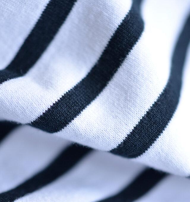 コットンを100%使用したこだわりの素材は薄手ながらしっかりと目が詰まり、洗濯する度にしっくりと肌に馴染んでゆきます。