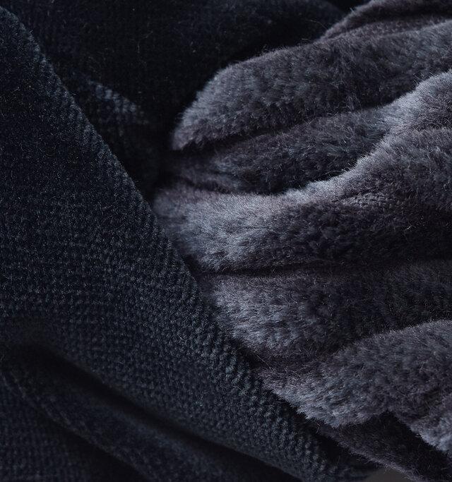 太畝コーデュロイによる陰影と、深い光沢感のあるベルベット生地のコントラストが上品な印象。