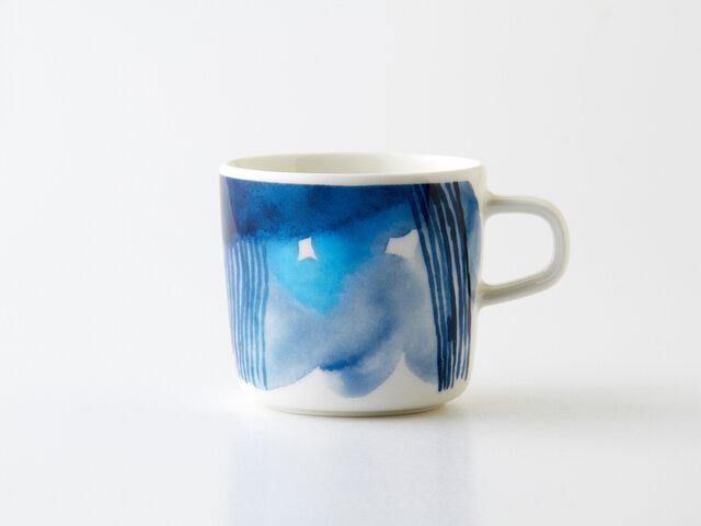 厚い雲や降る雨は、いろいろな形や色の濃さで表現されており、360度違った表情を見ることができます。水彩で描かれた青の濃淡は、見る人を引き込みますね。ブルーのグラデーションが美しく、きっとお気に入りのカップになってくれますよ。