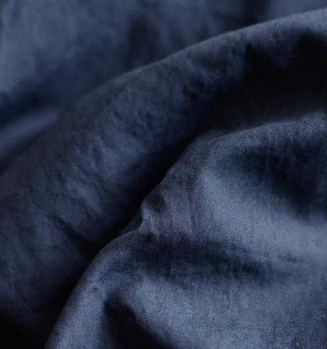 メインの布帛生地は目が細かなコットン100%。シャリッとした生地感とほんのり光沢があり上品な風合いです。