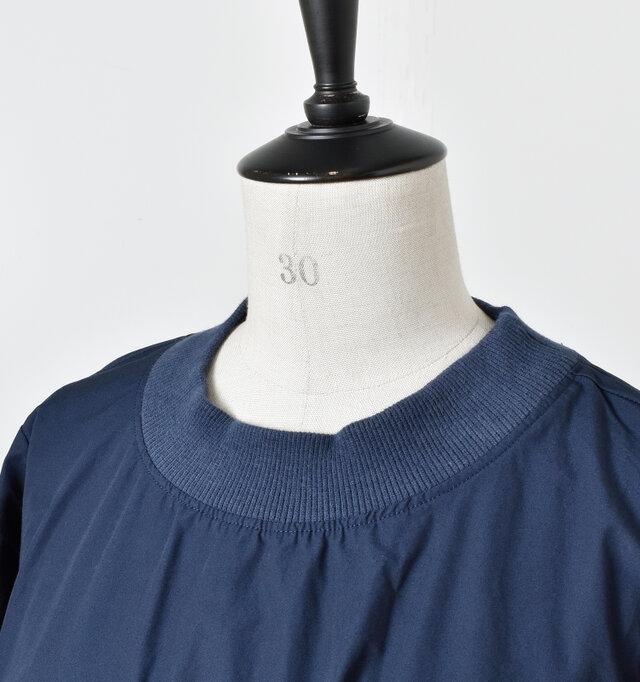 太めのリブが特徴のネックラインがアクセントになり、全体の引き締め役に。